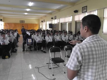 Syam Sumaryana dihadapan mahasiswa AMIK Garut. (Foto: John).