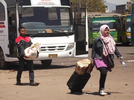 Bergegas memburu armada bus penumpang umum di Terminal Guntur, Garut. (Foto: John).