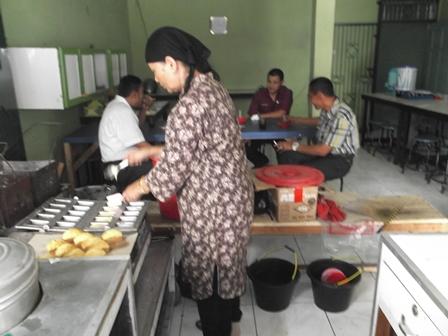 Hj. Hasanah Masih Turun Tangan Memproduksi Kue Balok, Dirintis Suaminya Sejak 1942. (Foto: John).