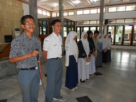 Para Pelajar Antri Bertanya Pada Nara Sumber. (Foto: John).