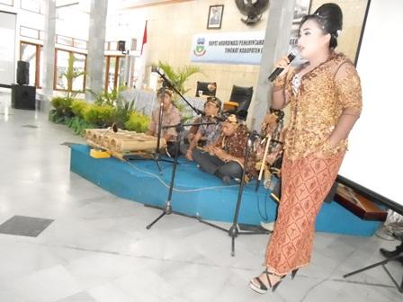 Seni Tradisi Sunda, Lantunan Lagu dari Juara III Provinsi Jabar. (Foto: John).