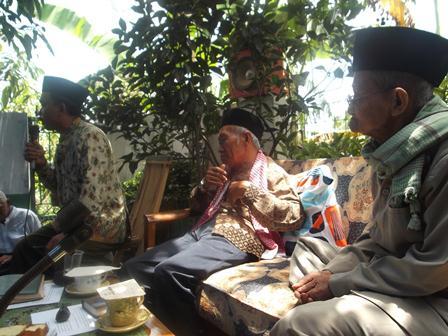 Drs H Shoimun (tengah), mengisi Pengajian Pembinaan Bulanan Muhammadiyah – 'Aisyiyah Panawuan di Margarahayu, Sukajaya Tarogong Kidul, Garut. (Foto:SB)
