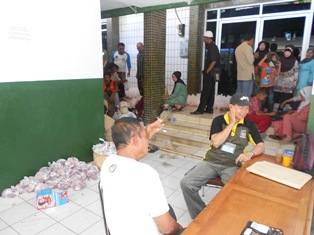 Kesibukan Pantia Pemotongan Hewan Kurban Pemkab/Setda Kabupaten Garut. (Foto: John).