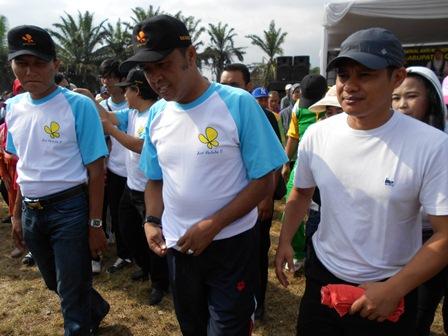 Kasi Pencegahan BNNK, Syam Sumaryana, SH, MH Berjalan Sehat Anti Penyalahguna Narkoba Bersama Bupati serta Wakapolres. (Foto: John).