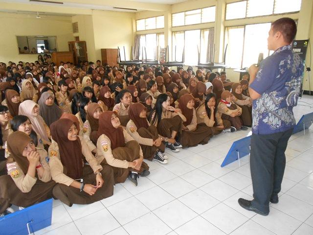 Kasi Pencegahan, Syam Sumaryana, SH, MH Presentasikan Undang-Undang Narkotika. (Foto: John).