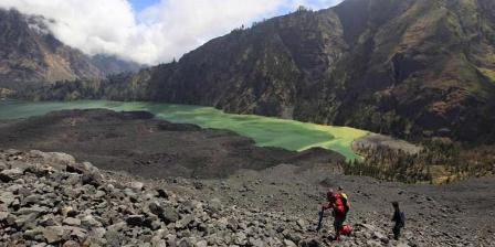 Pendakian sisi timur Gunung Barujari di kaldera Gunung Rinjani (3.726 m), Jumat (30/9/2011). Rinjani merupakan bagian dari Gunung Samalas yang meletus hingga melumpuhkan dunia pada tahun 1257. Superletusan mengakibatkan terbentuknya kaldera dan danau. | KOMPAS IMAGES / FIKRIA HIDAYAT