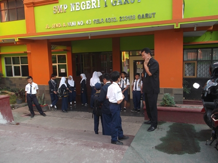 Proses Pemeriksaan Tas Sekolah di SMPN 1 Garut. Kerap Disaksikan Petugas Satpam Setempat.