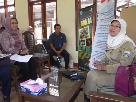 Ny. Sri Hartati Gagas dan Selenggarakan Sosialisasi Bahaya Penyalahguna Narkoba di Lingkungan Dishut Garut, Rabu (09/10). Foto: John.