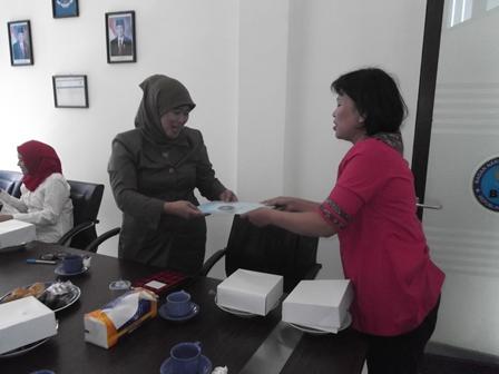 Kepala BNNK Garut, AKBP Widayati, BA Serahkan Contoh Dokumen pada Kepala BNN Kota Bandung. (Foto: John).