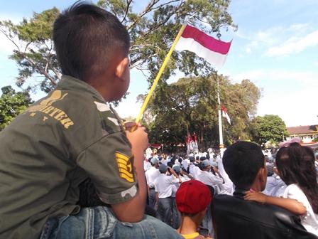 Ilustrasi, Kibar Bendera Merah Putih, Kerap Terkalahkan Semarak Merebak Maraknya Bendera Parpol. (Foto: John).