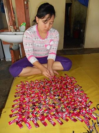Keluarga nelayan ini, mengisi waktu luang dengan memproduk karpet berbahan baku dari bekas bungkus kopi.