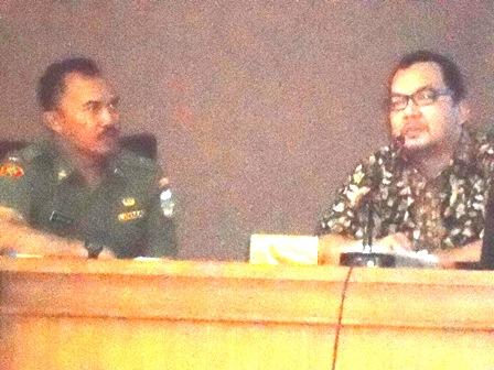 Dr H. Mahi M. Hikmat, M.Si dari Komisi Informasi Provinsi Jawa Barat, didampingi Kabag. Informatika Setda Garut, U. Basuki Eko, SH, MH. (Foto: John).
