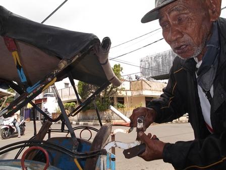 Ilustrasi, penarik becak berusia 72 tahun lebih di Garut ini, ternyata lebih mulia daripada para koruptor. (Foto: John).