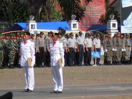 Paskibaraka Pada Peringatan Hari Pahlawan di Alun-Alun Garut, Jawa Barat, Ahad (10/11/2013). Foto: John.