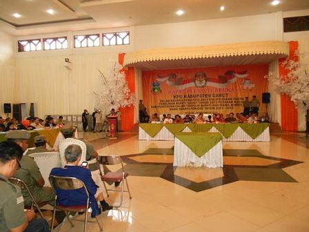 Proses rekapitulasi penghitungan suara pada rapat pleno terbuka KPU Kabupaten Garut. (Foto: John).