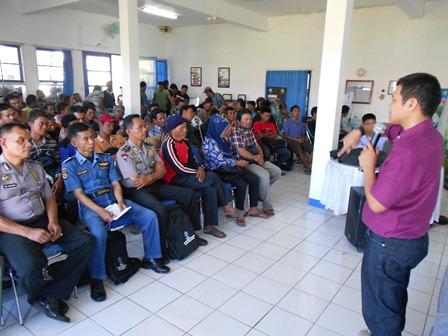 Syam Sumaryana, SH, MH Advokasi P4GN pada Ratusan Nelayan. (Foto : John).