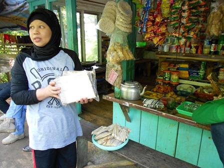 Inilah produk wajit asli Cihurip, bisa ditemui pada perjalanan Cikajang - Pamuengpeuk, tepatnya pada lokasi lintasan Gunung Gelap.