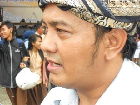 Kang Dicky Diserbu Wartawan. (Foto : John).