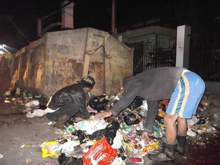 Ilustrasi, Warga Garut pun Blusukan Mengais Sampah di Malam Hari. (Foto: John).