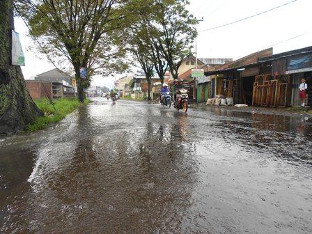 Ilustrasi, Genangan Luapan Air di Jalan Merdeka Garut, Jabar. (Foto: John).