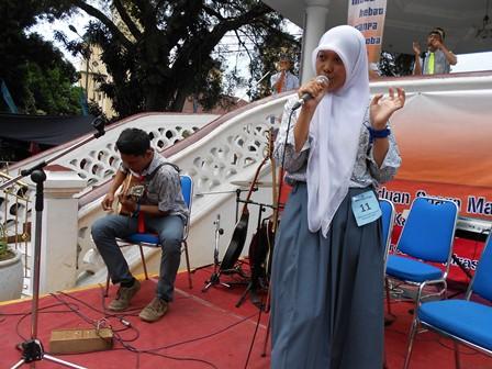 Gina, kader penyuluh anti penyalahguna Narkoba, juga aktif mengikuti lomba cipta lagu termasuk menyanyikannya. (Foto: John).