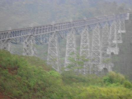 Ilustrasi, Jembatan Sarat Diselimuti Kabut Tebal. (Foto: John).