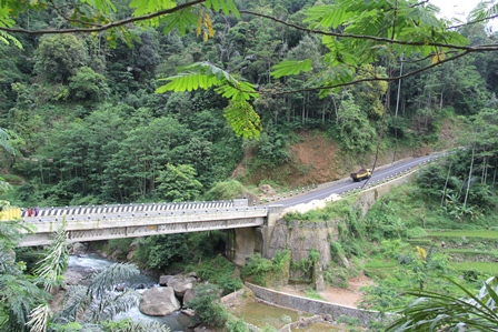 Bentangan Jembatan Ini, Banyak Dikunjungi Wisatawan, Bahkan Menjadi Tempat Mejeng Remaja Setempat.