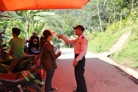 Ilustrasi, Petugas Dishub Mengatur Mobilitas Penduduk Akibat Longsor di Cisewu. (Foto: John).
