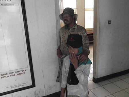 Pengemis di Lingkungan Perkantoran Setda Kabupaten Garut, Jabar. (Foto: John).