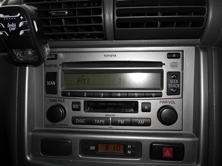 Ilustrasi, Mendengar Radio. (Foto : John).