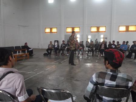Trainer R Wisnu Rahtomo berinteraksi dengan peserta pelatihan, Ahad (01/12). (Foto:SB)