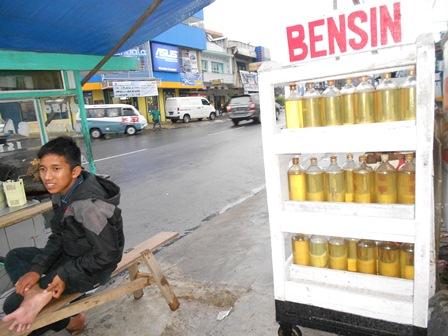 Ilustrasi, Penjual Bensin Eceran di Kota Garut Ini, Cukup Berdekatan dengan Penjual Gorengan, Kerap Menyalakan Api. (Foto: John).