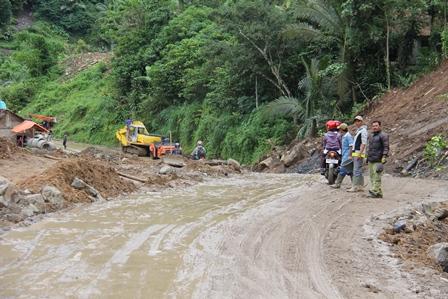 Cisewu - Talegong Bisa Dilintasi, Namun Masih Sangat Darurat, Ahad (05/01-2014).