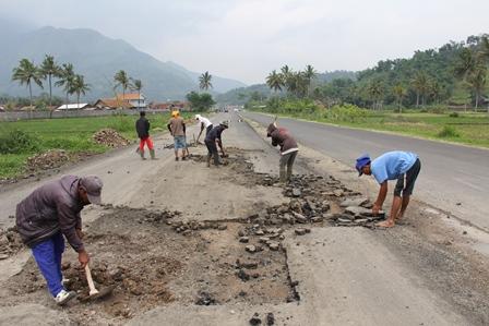 Sejumlah Pekerja, Selasa (14/01-2014), terpaksa kembali membongkar lintasan ruas jalan berhotmix, lantaran terindikasi bercampur dengan tanah urugan.