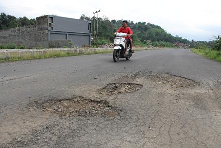 Inilah Kondisi Lintasan Ruas Badan Jalan Berhotmix di Kota Garut, Jawa Barat.