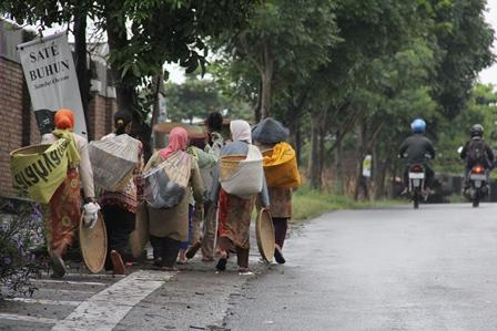 Koloni Perempuan Mengais Kehidupan Pinggiran Kota Garut, Jawa Barat.