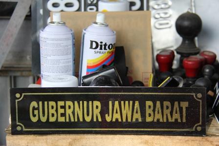 Ilustrrasi. Papan Nama Ini Juga Bisa Diproduksi di Pinggir Jalan. (Foto: John Doddy Hidayat).