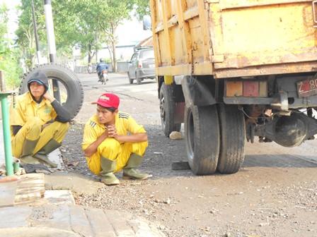 Ilustrasi, Pekerja Lepas Kebersihan Ini, Tak Peduli Siapa Menjadi Bupati, Mereka pun Tak Resah Menjelang Pelantikan, yang Penting Armada Sampah Bisa Layak Digunakan. (Foto: John Doddy Hidayat).