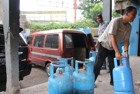 Konsumen Langsung Lakukan Pembelian pada Agen LPG di Garut. (Foto: John).