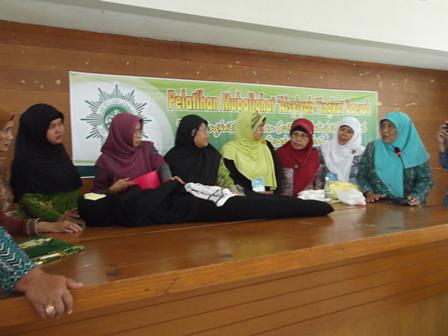 Praktek memandikan jenazah pada Pelatihan Mubalighot 'Aisyiyah Tingkat Kabupaten Garut di Pesantren Darul Arqam, Ahad (29/12-2014). Foto:SB.