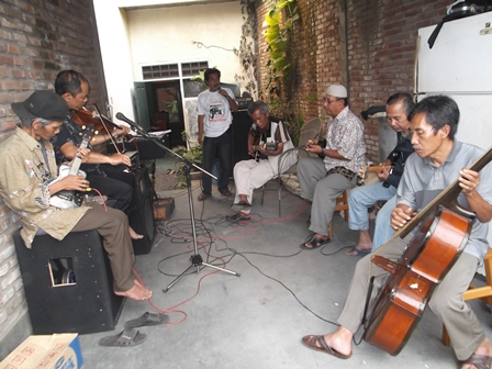Ilustrasi. Musik Keroncong, Gemulai, dan Mendayu-dayu. (Foto: John Doddy Hidayat).
