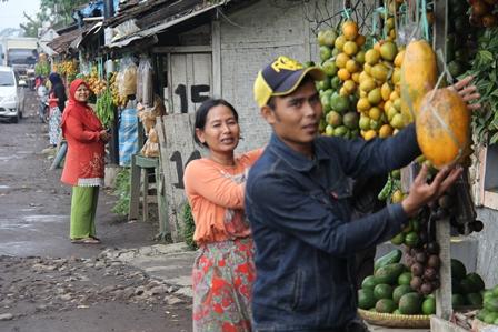 Turun-Temurun Berjualan di Warung Peuteuy, Garut, Jabar.