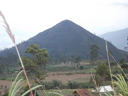 Ilustrasi, Gunung Sadahurip di Kabupaten Garut, Jabar, Ini Sempat Merebak Marak Dikabarkan Sebagai Pyramid, Seperti Terdapat di Mesir. (Foto: John Doddy Hidayat).