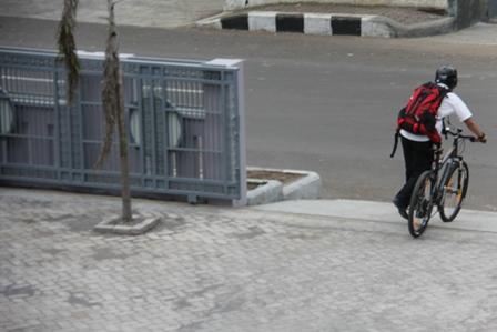 """Seorang PNS di Kabupaten Garut, sejak sore menyiapkan sepeda, dimanfaatkan keliling Kota Garut, dan sekitarnya. Dengan """"Kereta Mesin"""" itu, dia menikmati perjalanan keliling kota melintasi malam pergantian tahun 2013/2014, katanya."""