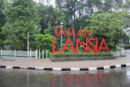 Ilustrasi. Taman Lansia Bisa Kendalikan Ambisius Kaum Tua, Ngotot Jadi Pejabat.(Foto : John Doddy Hidayat).