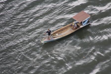 Memanfaatkan Perahu Bermotor.