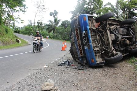 Ilustrasi, Kecelakaan Tunggal Akibat Melesat Kencang, Mobil Ini Terbalik dengan Sepuluh Korban Luka di Dekat Perbatasan Garut-Tasikmalaya, Sabtu (04/01-2014). Foto: John Doddy Hidayat.