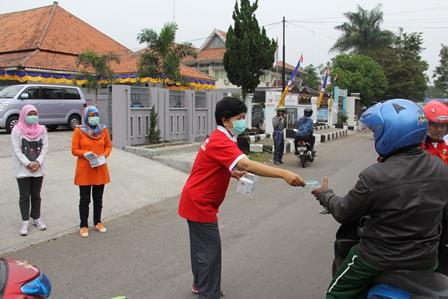 Antusias Masyarakat Tinggi Peroleh pembagian Masker Gratis dari BNNK Garut.