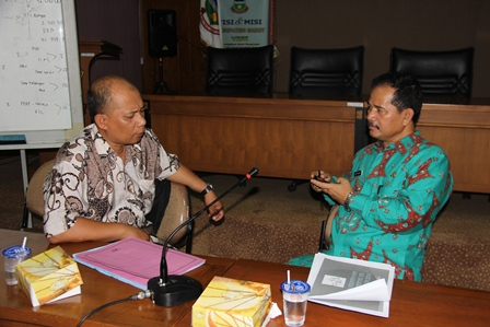 Asisten Perekonomian (Kiri), Kamis (06/02-2014), Berdialog dengan Aparat Disperindag. (Foto: John Doddy Hidayat).