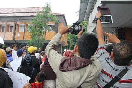 Berburu Gambar Ratusan Warga Pasar Limbangan Kepung Perkantoran Setda Garut. Foto: John Doddy Hidayat).